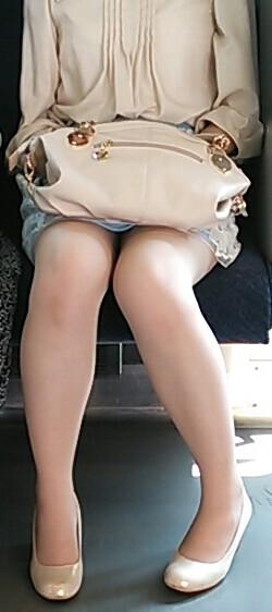 【電車内盗撮画像】真向かいに座った短いスカートの奥をこっそり覗き見www 15