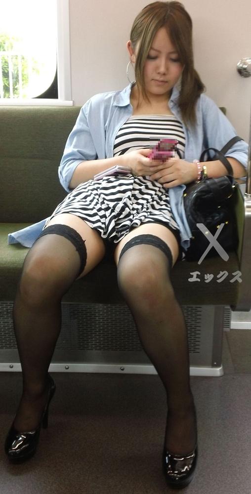 【電車内盗撮画像】真向かいに座った短いスカートの奥をこっそり覗き見www 17