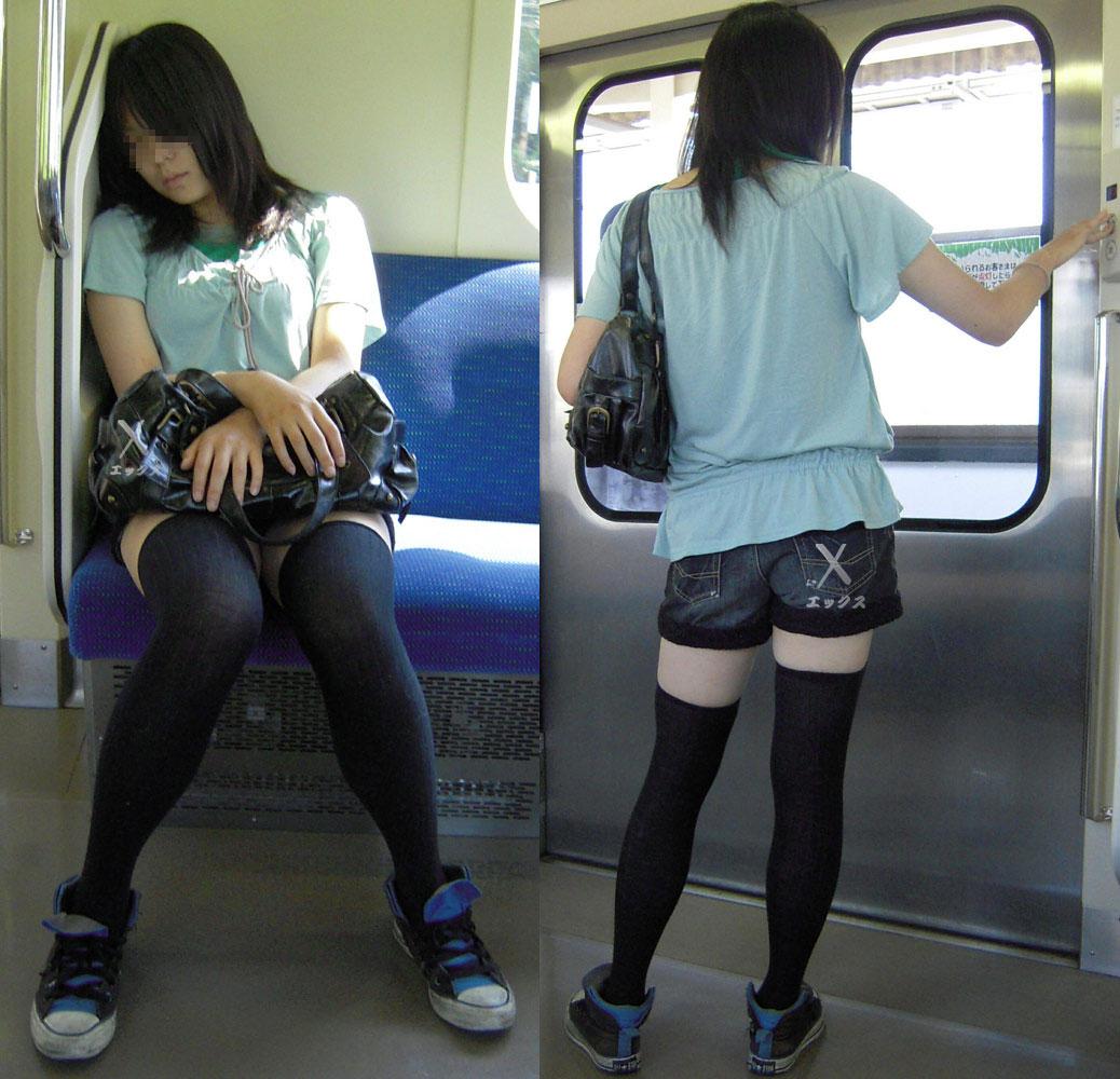 【電車内盗撮画像】真向かいに座った短いスカートの奥をこっそり覗き見www 18