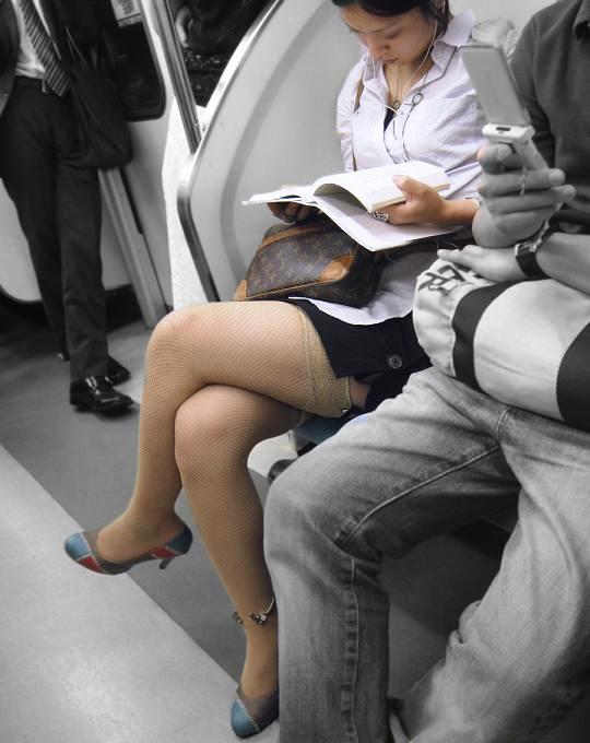 【脚フェチ画像】無自覚に美脚を組んで挑発するお姉さんの画像 03
