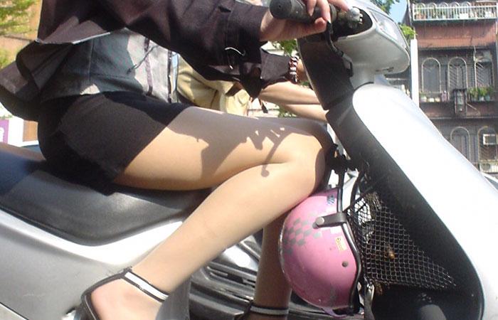【フェチ画像】代わりに跨ってくれwwwバイクに乗ったお姉さんのムチムチ下半身に視線釘付け