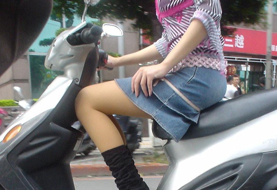 【フェチ画像】代わりに跨ってくれwwwバイクに乗ったお姉さんのムチムチ下半身に視線釘付け 02