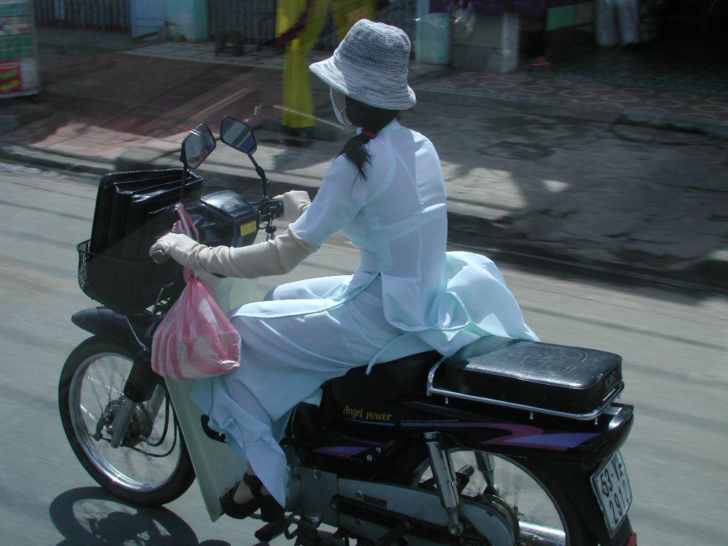 【フェチ画像】代わりに跨ってくれwwwバイクに乗ったお姉さんのムチムチ下半身に視線釘付け 03