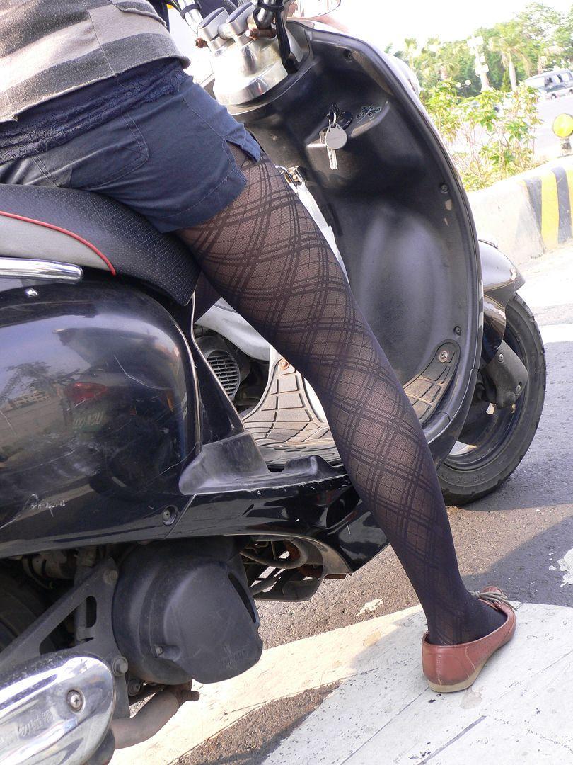 【フェチ画像】代わりに跨ってくれwwwバイクに乗ったお姉さんのムチムチ下半身に視線釘付け 04