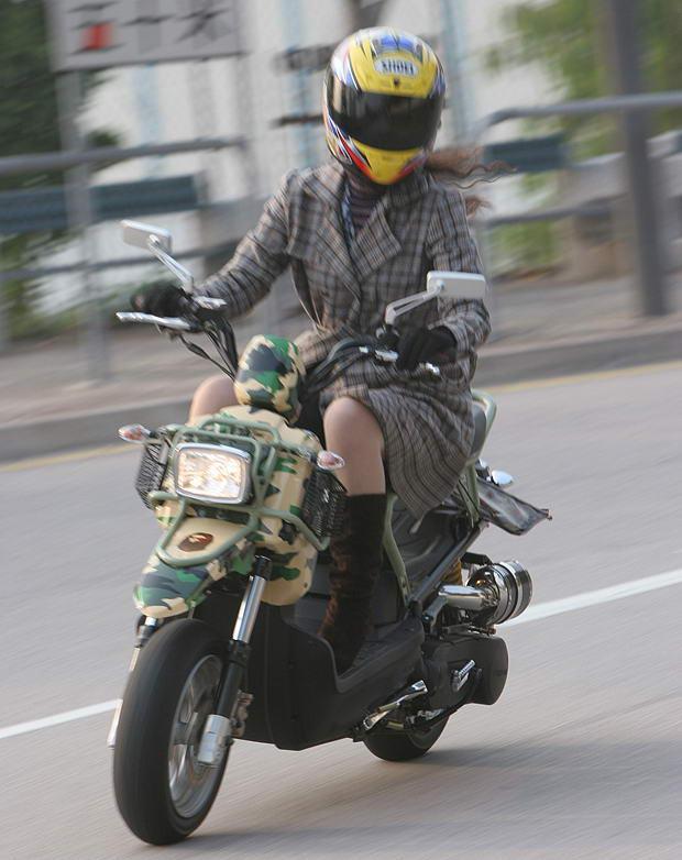 【フェチ画像】代わりに跨ってくれwwwバイクに乗ったお姉さんのムチムチ下半身に視線釘付け 05