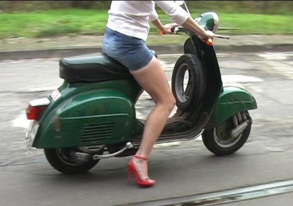 【フェチ画像】代わりに跨ってくれwwwバイクに乗ったお姉さんのムチムチ下半身に視線釘付け 08