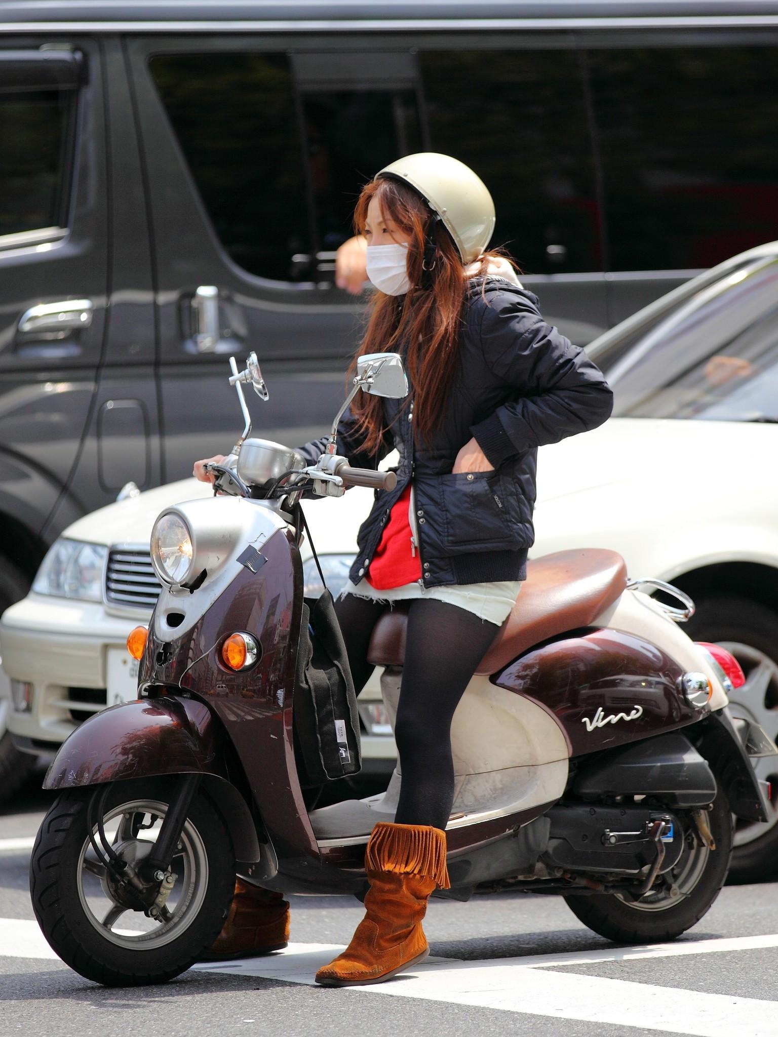【フェチ画像】代わりに跨ってくれwwwバイクに乗ったお姉さんのムチムチ下半身に視線釘付け 09
