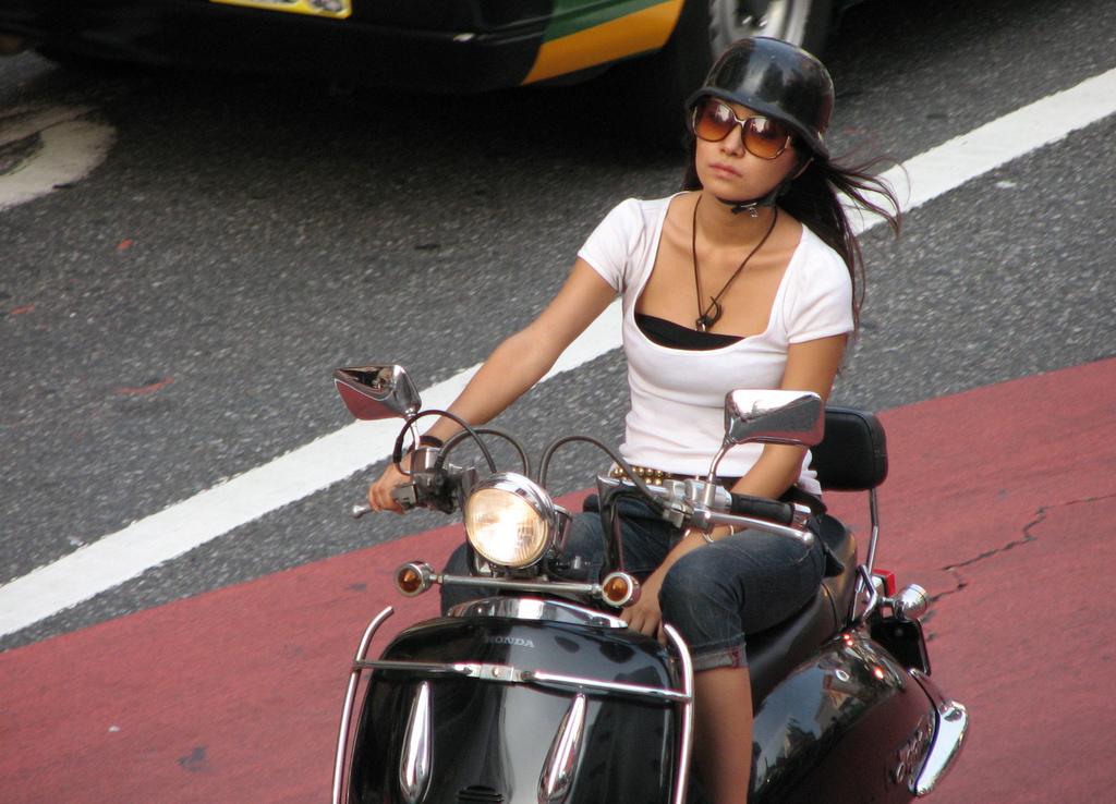 【フェチ画像】代わりに跨ってくれwwwバイクに乗ったお姉さんのムチムチ下半身に視線釘付け 10