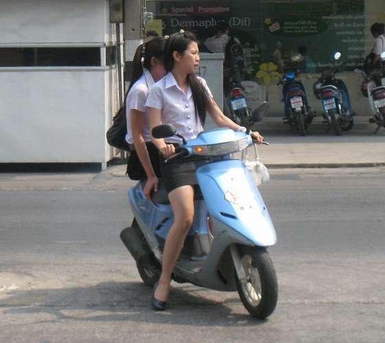 【フェチ画像】代わりに跨ってくれwwwバイクに乗ったお姉さんのムチムチ下半身に視線釘付け 11