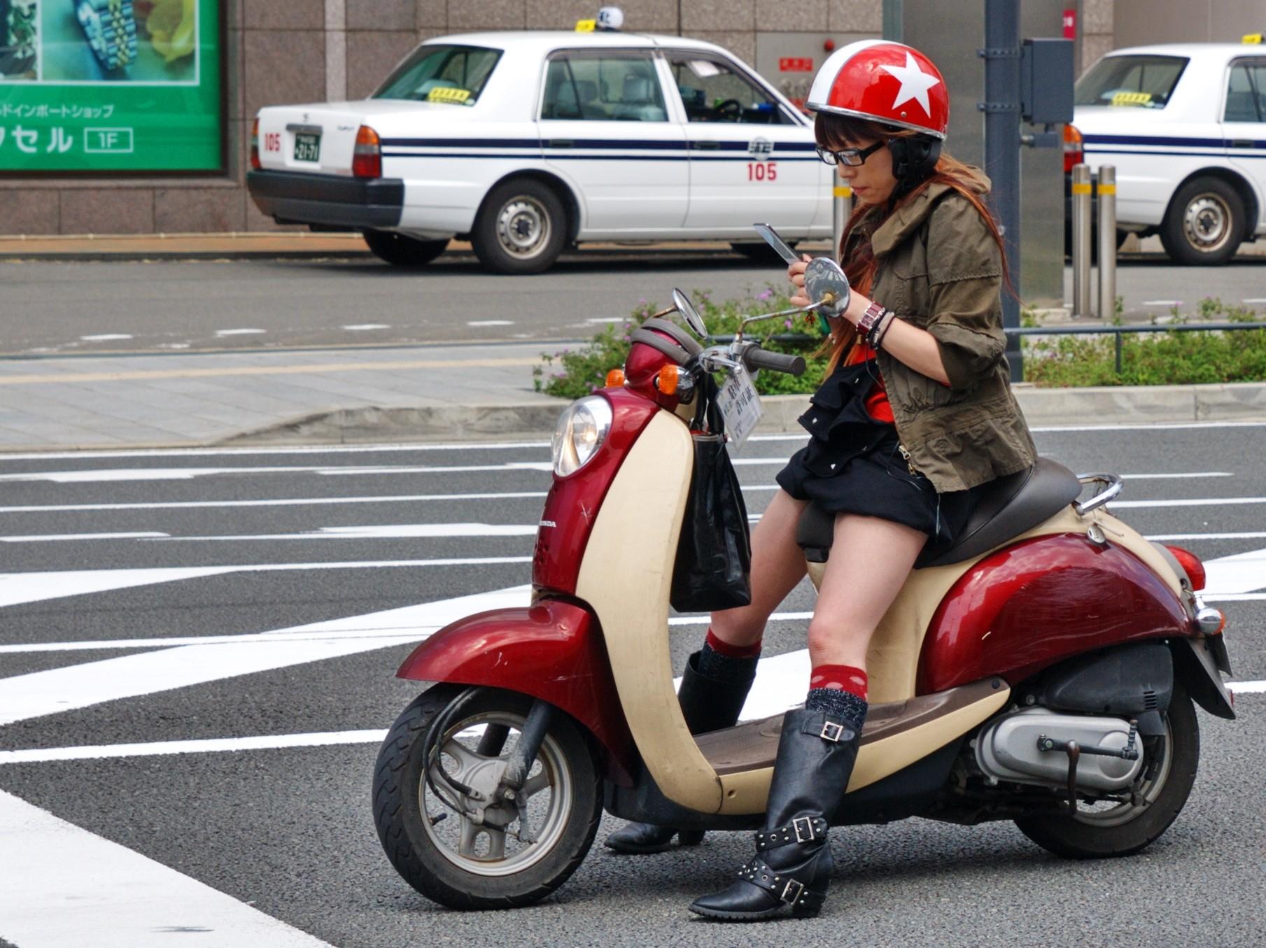 【フェチ画像】代わりに跨ってくれwwwバイクに乗ったお姉さんのムチムチ下半身に視線釘付け 12
