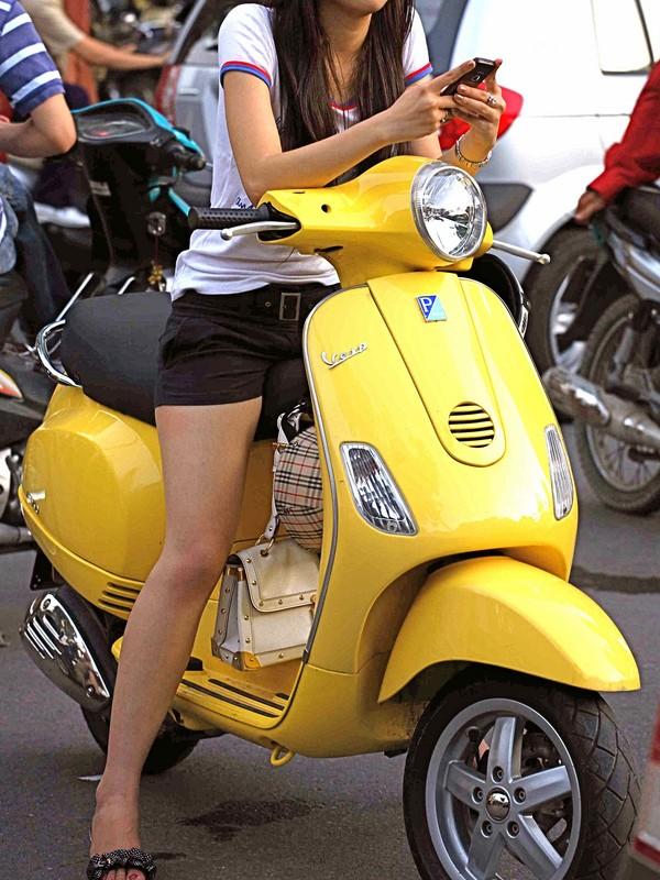 【フェチ画像】代わりに跨ってくれwwwバイクに乗ったお姉さんのムチムチ下半身に視線釘付け 13