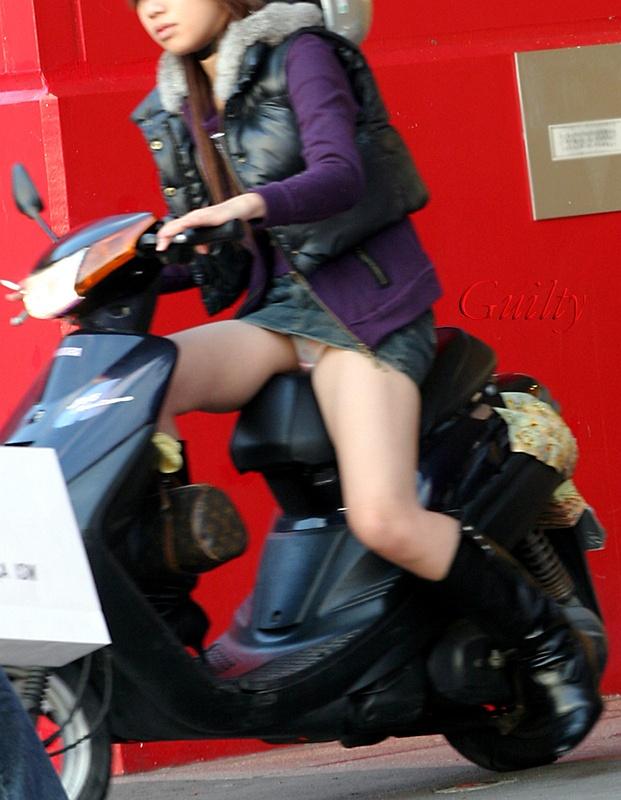 【フェチ画像】代わりに跨ってくれwwwバイクに乗ったお姉さんのムチムチ下半身に視線釘付け 14