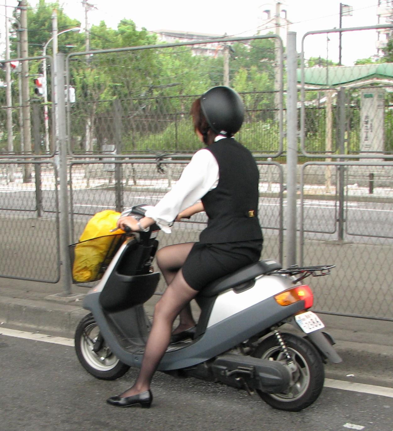 【フェチ画像】代わりに跨ってくれwwwバイクに乗ったお姉さんのムチムチ下半身に視線釘付け 15
