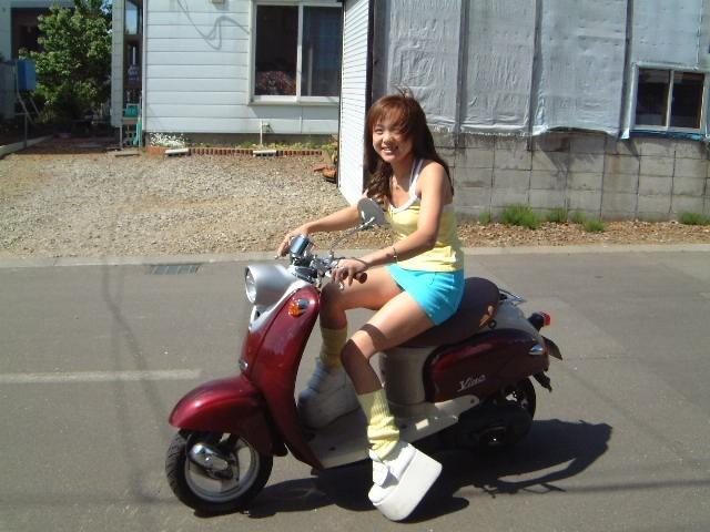 【フェチ画像】代わりに跨ってくれwwwバイクに乗ったお姉さんのムチムチ下半身に視線釘付け 16