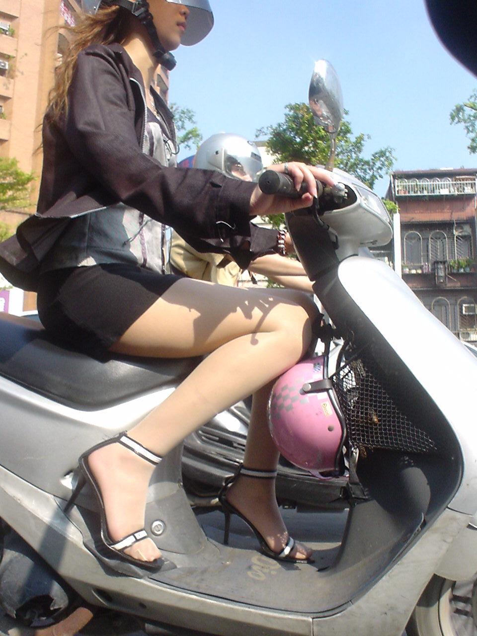 【フェチ画像】代わりに跨ってくれwwwバイクに乗ったお姉さんのムチムチ下半身に視線釘付け 17