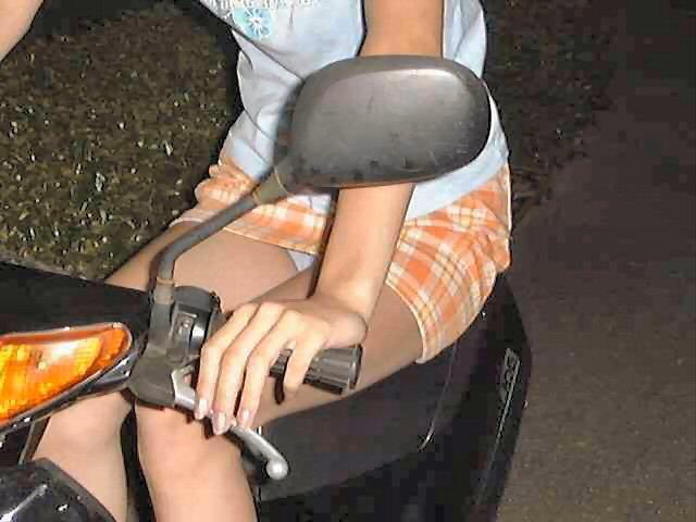 【フェチ画像】代わりに跨ってくれwwwバイクに乗ったお姉さんのムチムチ下半身に視線釘付け 18