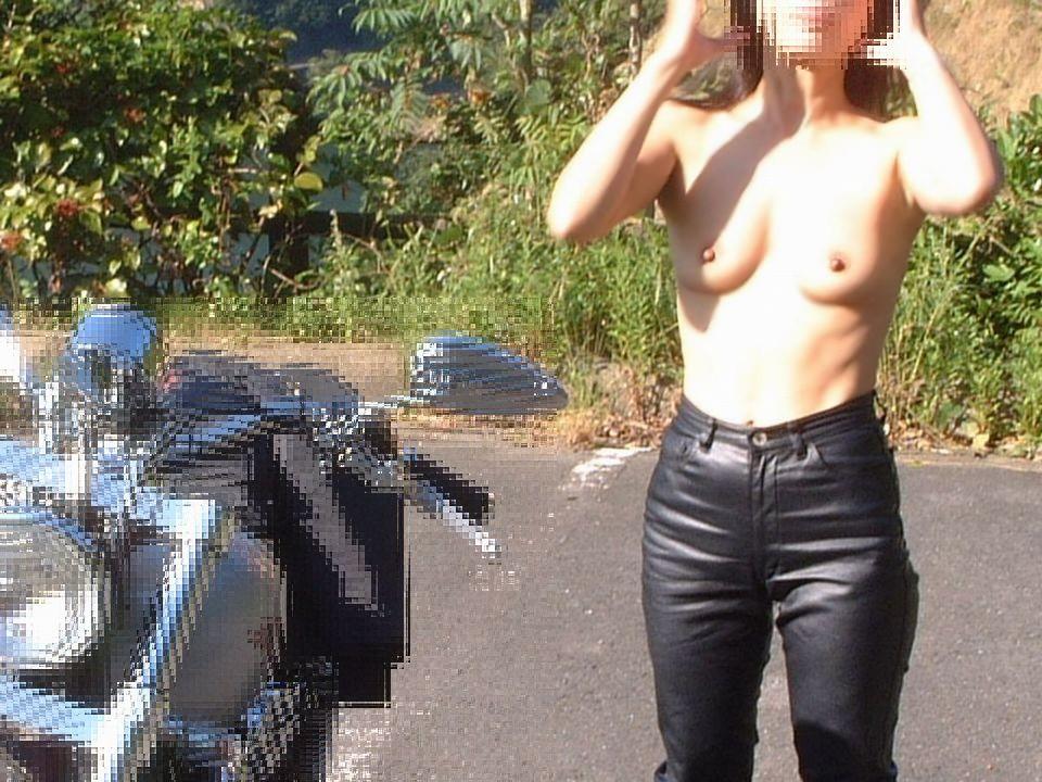 【野外露出画像】青空の下でおっぱいを露出する変態女の画像 08