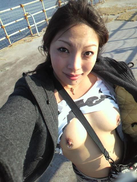 【野外露出画像】青空の下でおっぱいを露出する変態女の画像 11