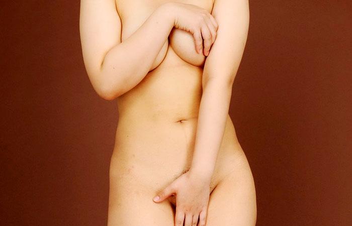 【フェチ画像】無駄な抵抗と言うべきwww自分の体で大事な部分を守る美女の画像