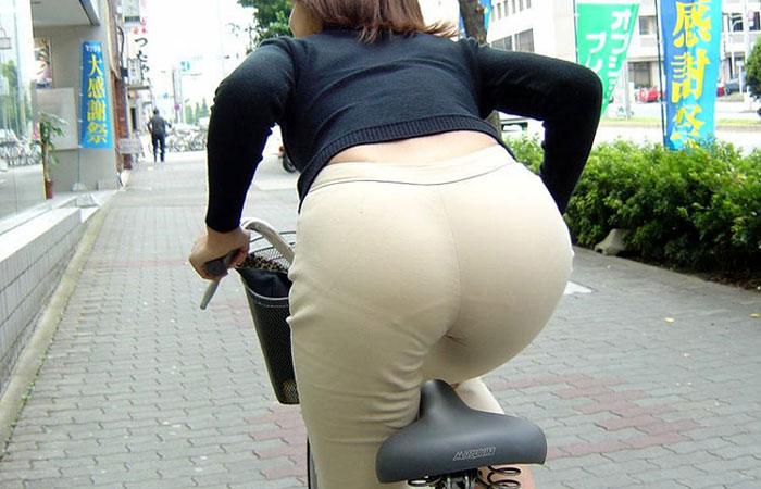 【街撮り自転車画像】おいサドル、代われ!と思ってしまいそうな自転車上の女尻