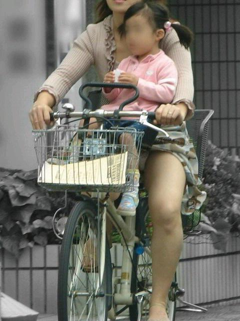 【街撮り自転車画像】おいサドル、代われ!と思ってしまいそうな自転車上の女尻 02