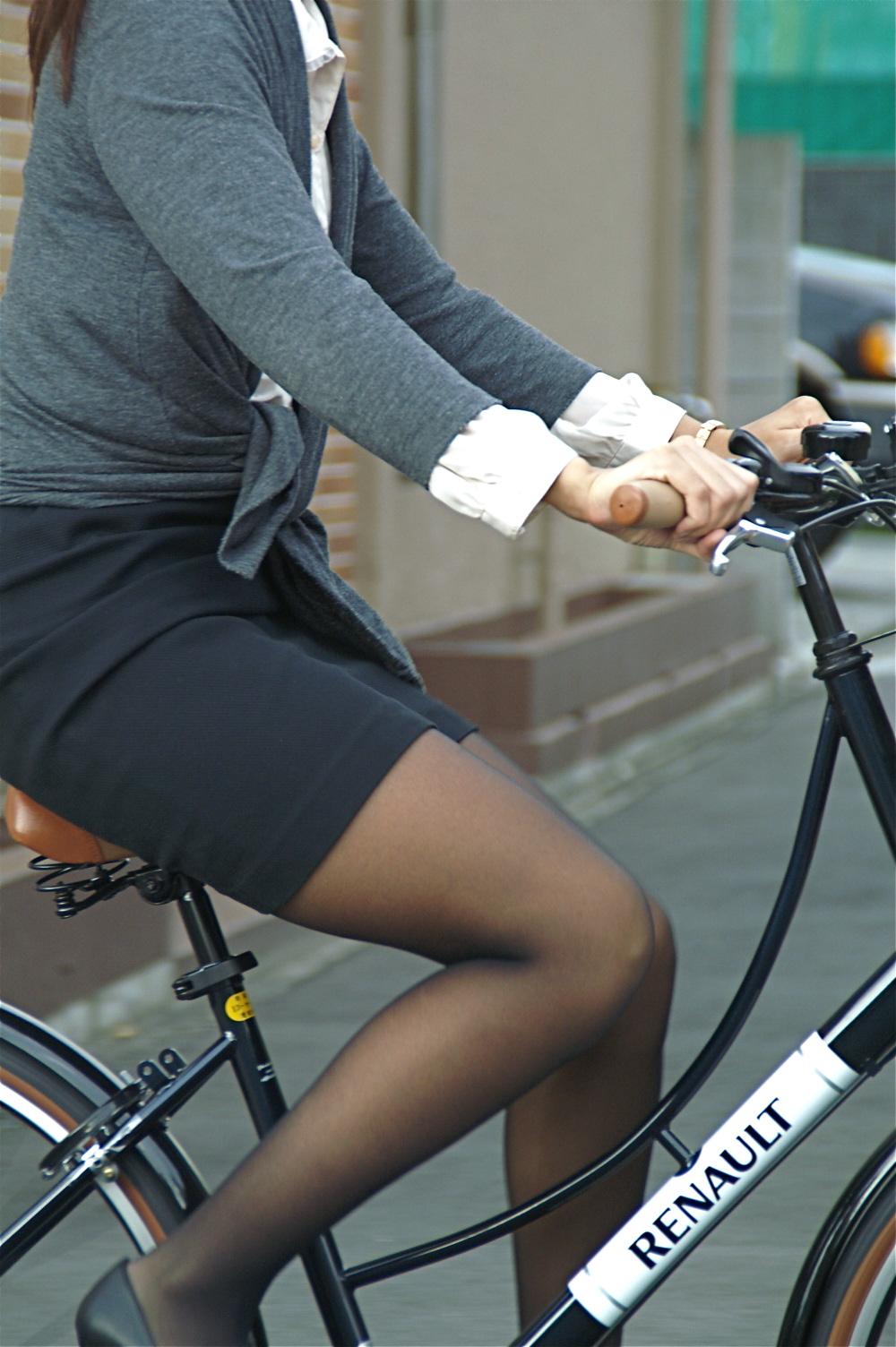 【街撮り自転車画像】おいサドル、代われ!と思ってしまいそうな自転車上の女尻 03