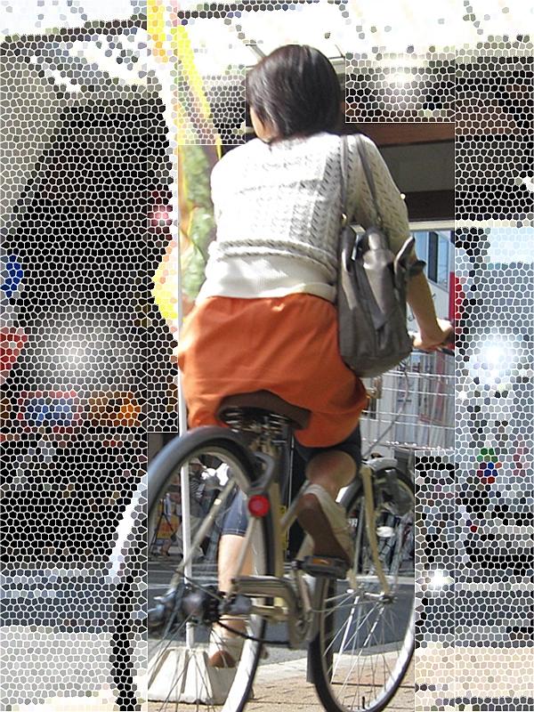 【街撮り自転車画像】おいサドル、代われ!と思ってしまいそうな自転車上の女尻 04