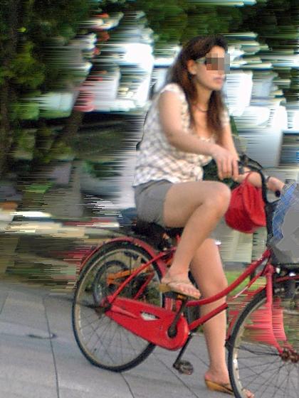 【街撮り自転車画像】おいサドル、代われ!と思ってしまいそうな自転車上の女尻 05