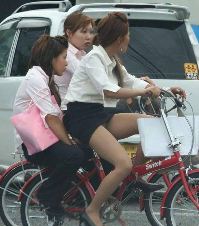 【街撮り自転車画像】おいサドル、代われ!と思ってしまいそうな自転車上の女尻 11