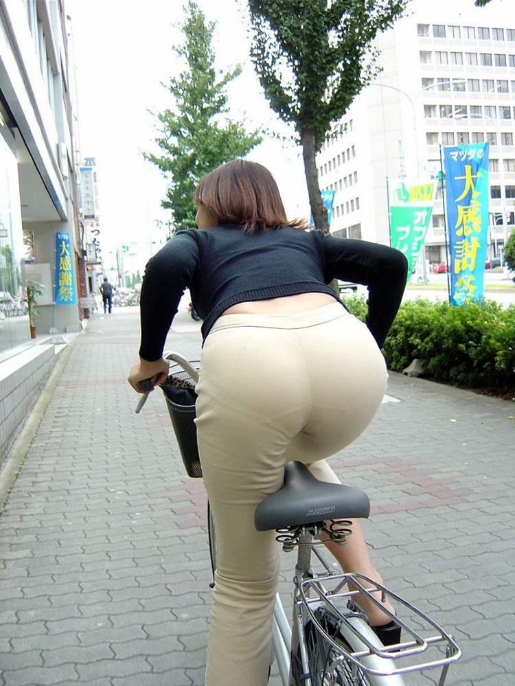 【街撮り自転車画像】おいサドル、代われ!と思ってしまいそうな自転車上の女尻 12