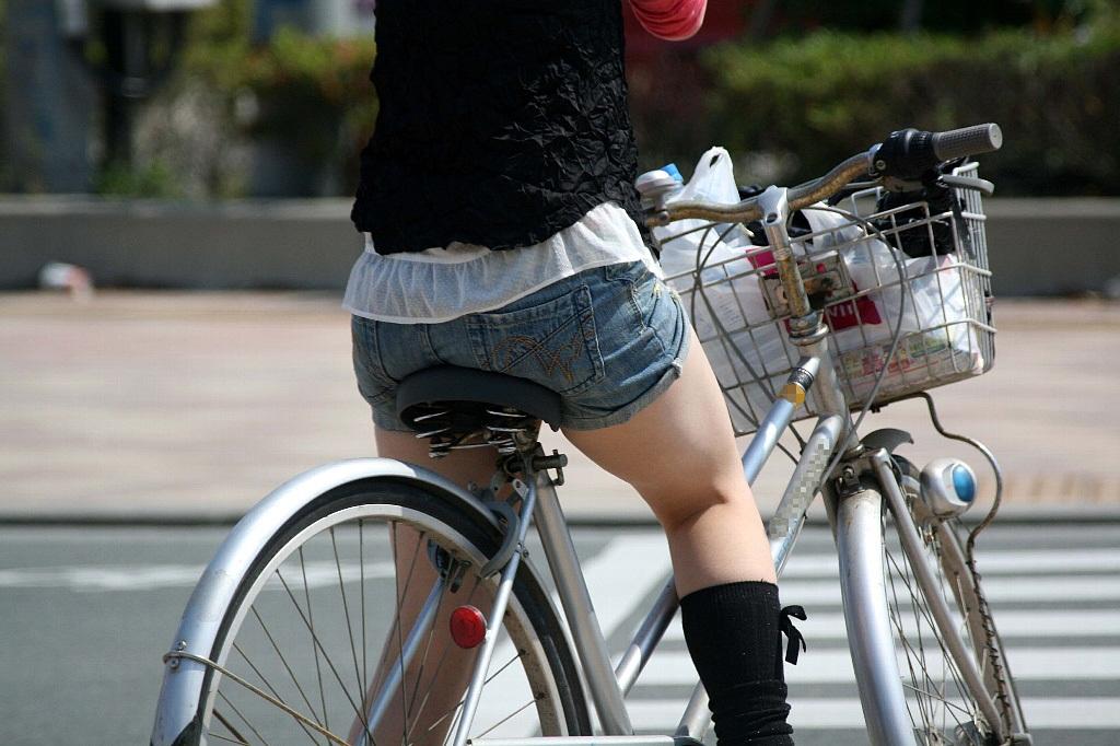 【街撮り自転車画像】おいサドル、代われ!と思ってしまいそうな自転車上の女尻 14