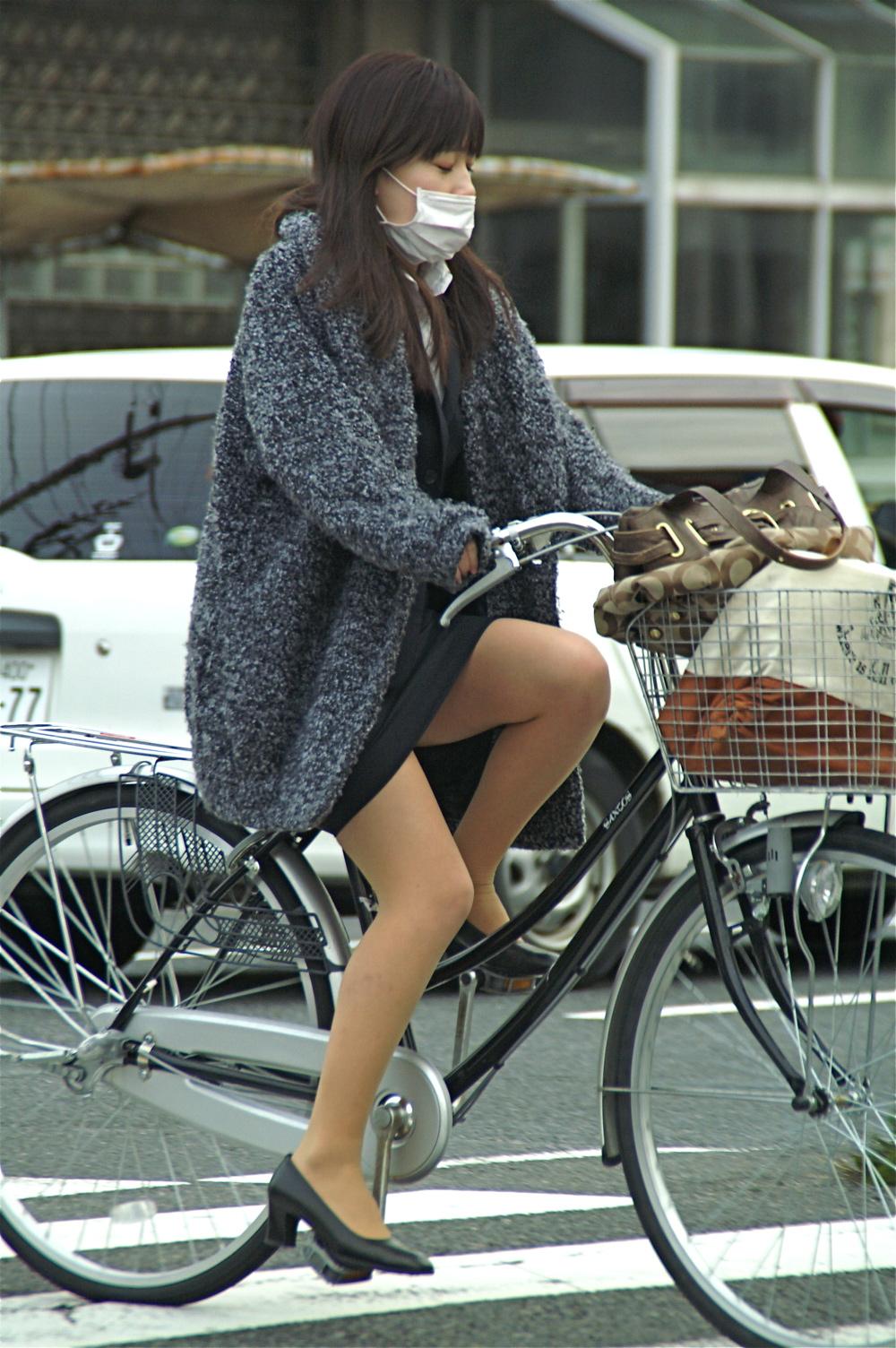【街撮り自転車画像】おいサドル、代われ!と思ってしまいそうな自転車上の女尻 15