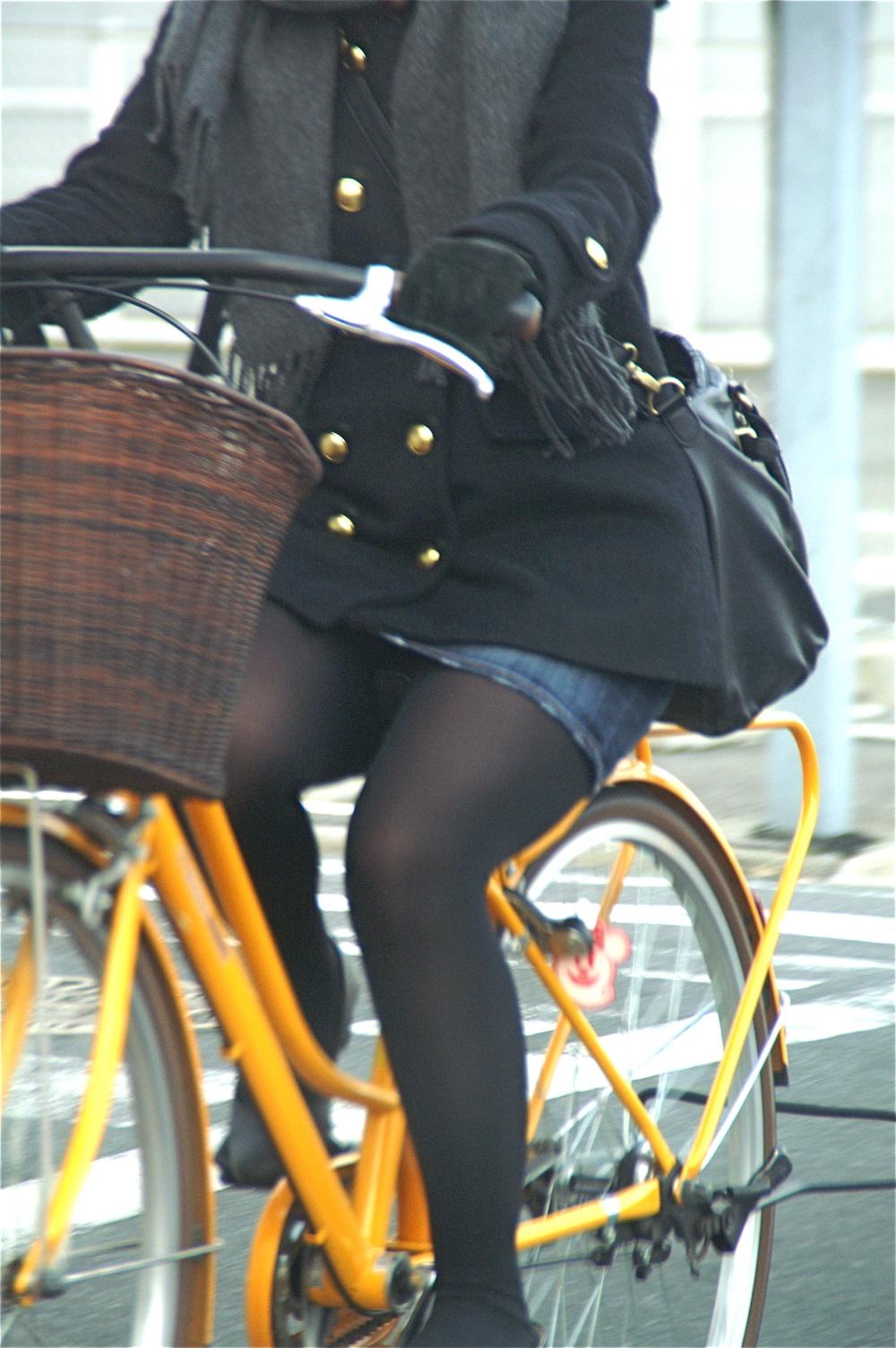【街撮り自転車画像】おいサドル、代われ!と思ってしまいそうな自転車上の女尻 16