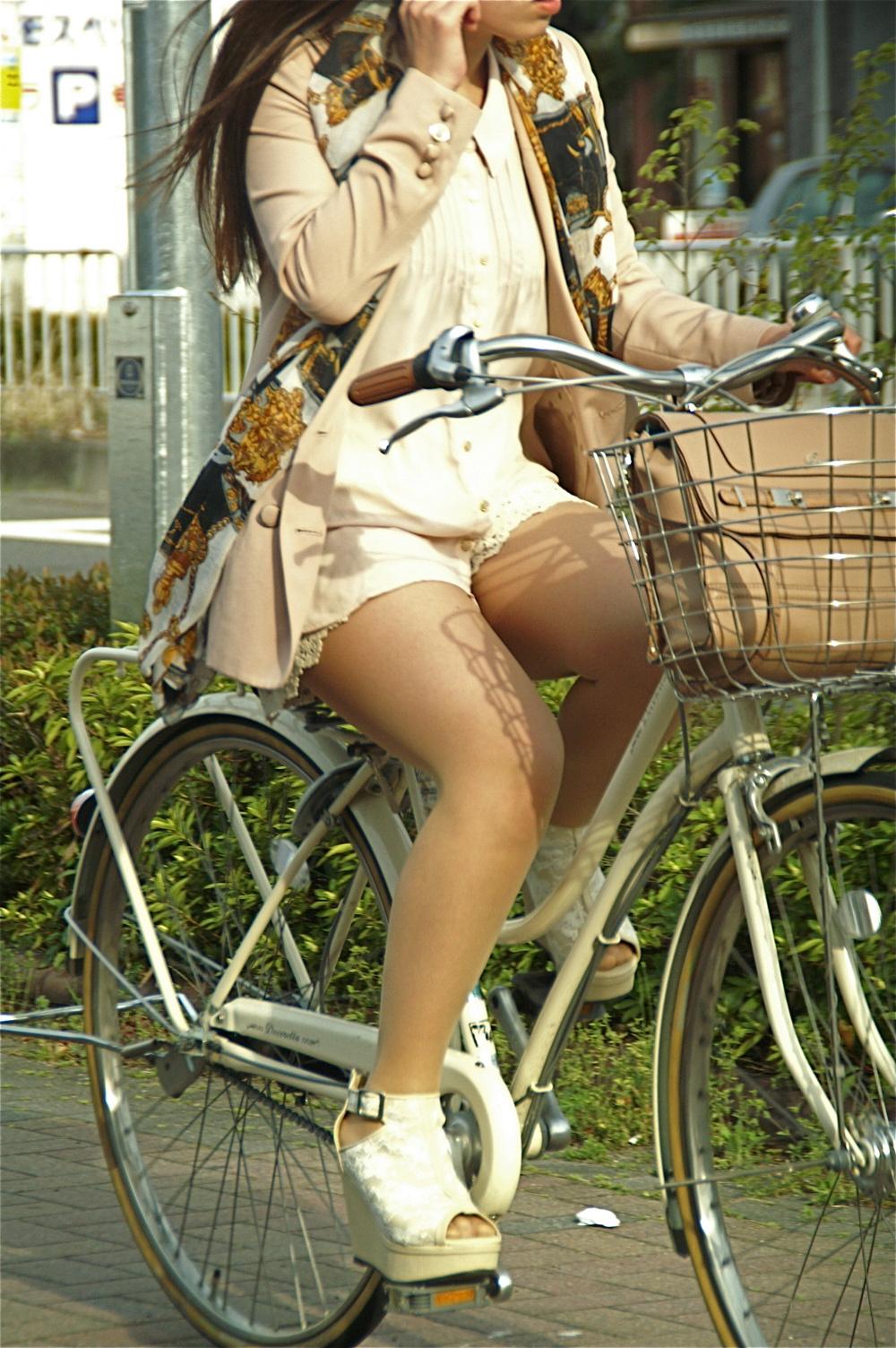 【街撮り自転車画像】おいサドル、代われ!と思ってしまいそうな自転車上の女尻 17
