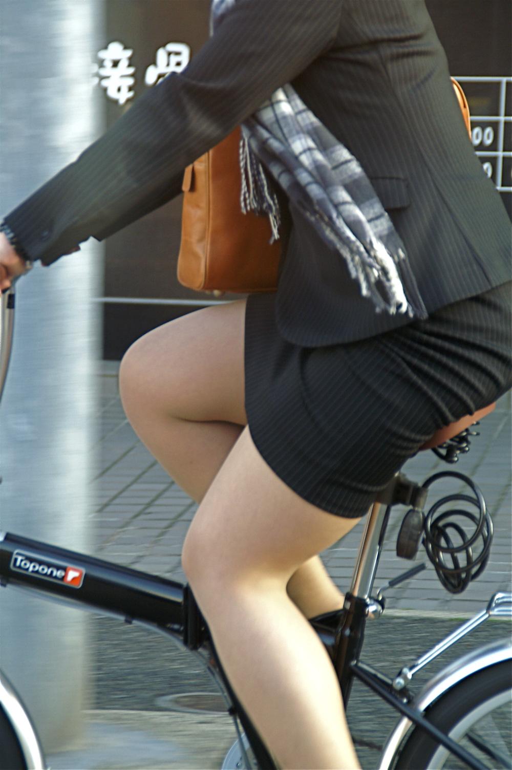 【街撮り自転車画像】おいサドル、代われ!と思ってしまいそうな自転車上の女尻 18