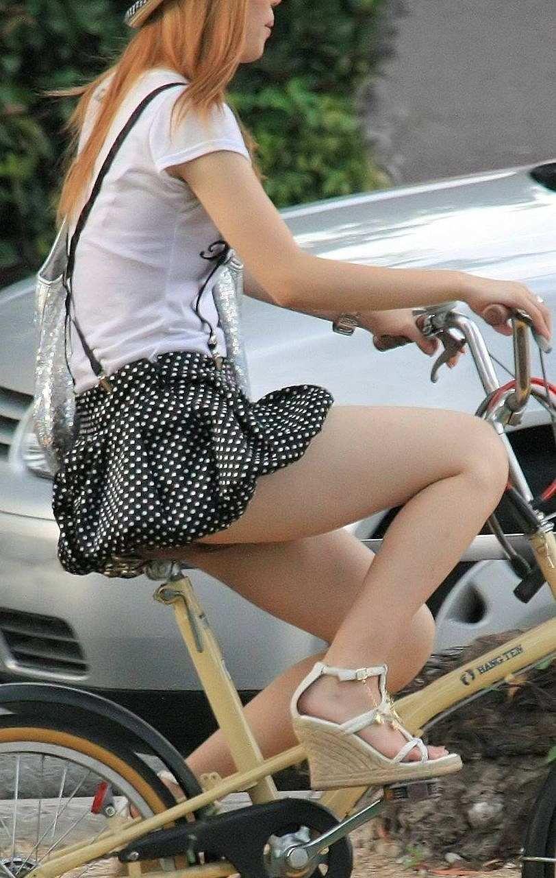 【街撮り自転車画像】おいサドル、代われ!と思ってしまいそうな自転車上の女尻 20