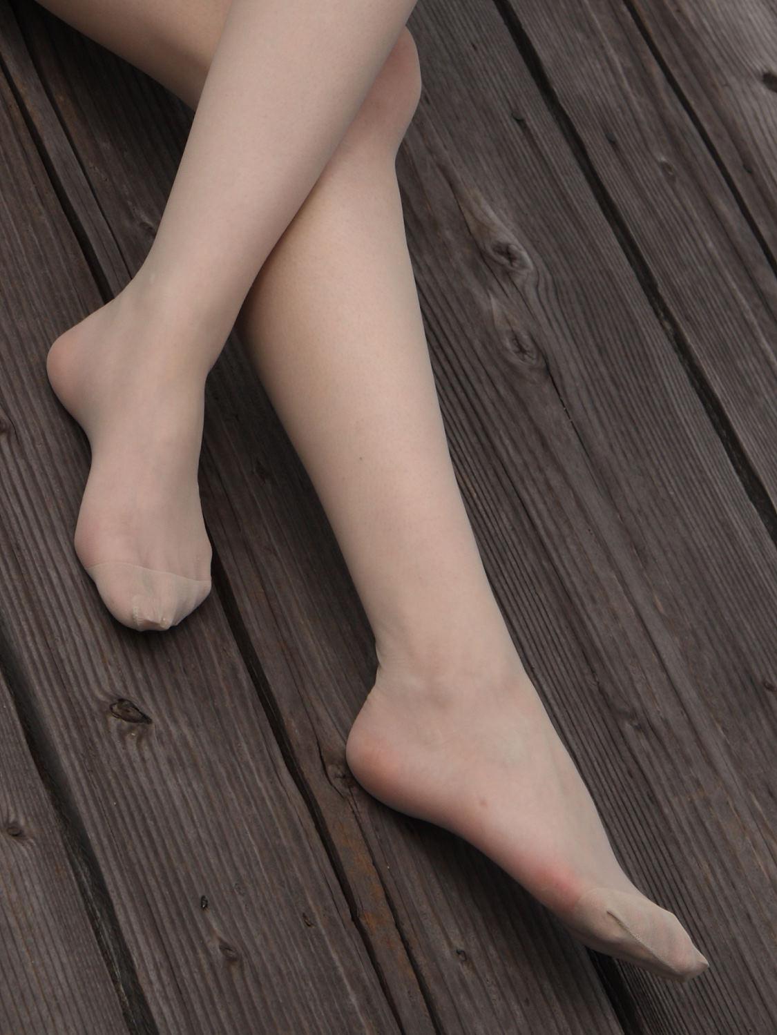 【足フェチ画像】顔を踏まれても許してしまいそうなパンストつま先画像 03