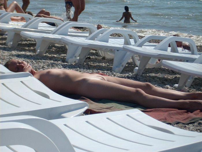 【海外ヌード広場画像】行ってみてぇ…下1枚どころかすっぽんぽんがデフォという海外ヌーディストビーチ 10