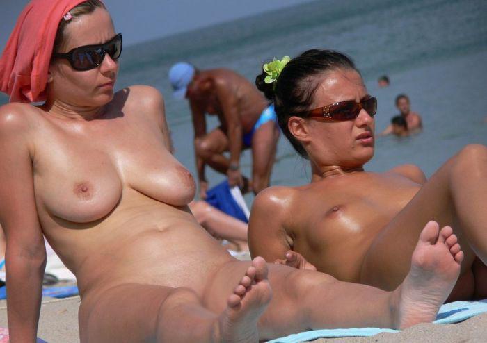 【海外ヌード広場画像】行ってみてぇ…下1枚どころかすっぽんぽんがデフォという海外ヌーディストビーチ 18