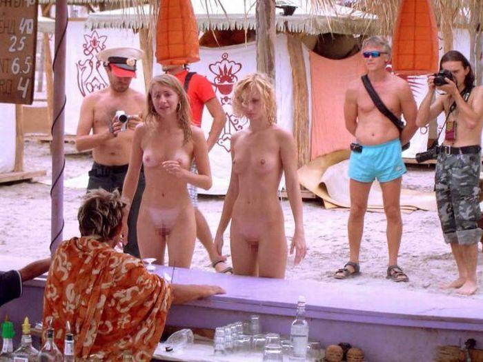 【海外ヌード広場画像】行ってみてぇ…下1枚どころかすっぽんぽんがデフォという海外ヌーディストビーチ 19