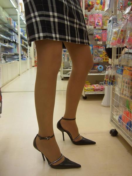 【素人美脚画像】街で見つけたお姉さん方の、見惚れてしまいそうな程長くて綺麗な脚 01