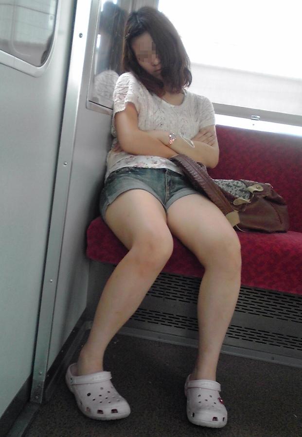【素人美脚画像】街で見つけたお姉さん方の、見惚れてしまいそうな程長くて綺麗な脚 03