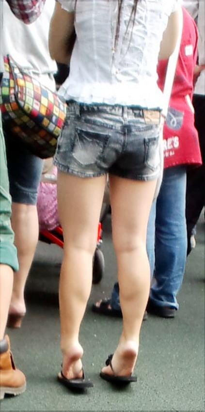 【素人美脚画像】街で見つけたお姉さん方の、見惚れてしまいそうな程長くて綺麗な脚 05
