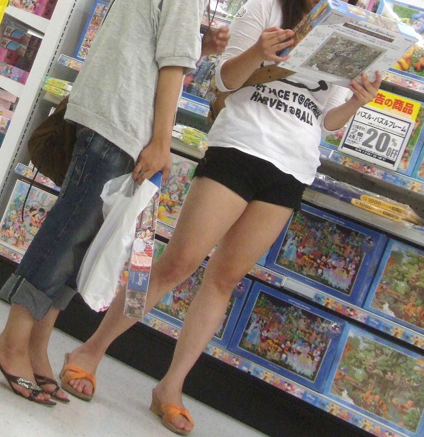 【素人美脚画像】街で見つけたお姉さん方の、見惚れてしまいそうな程長くて綺麗な脚 08