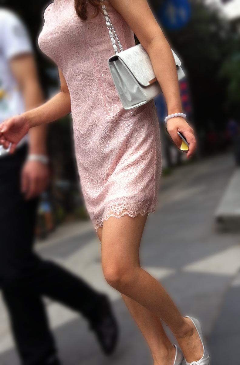 【素人美脚画像】街で見つけたお姉さん方の、見惚れてしまいそうな程長くて綺麗な脚 17
