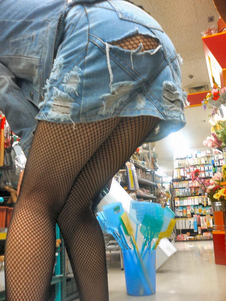 【パンチラ画像】見ろと言ってるような短すぎるスカートが多いからローアングル狙い! 07