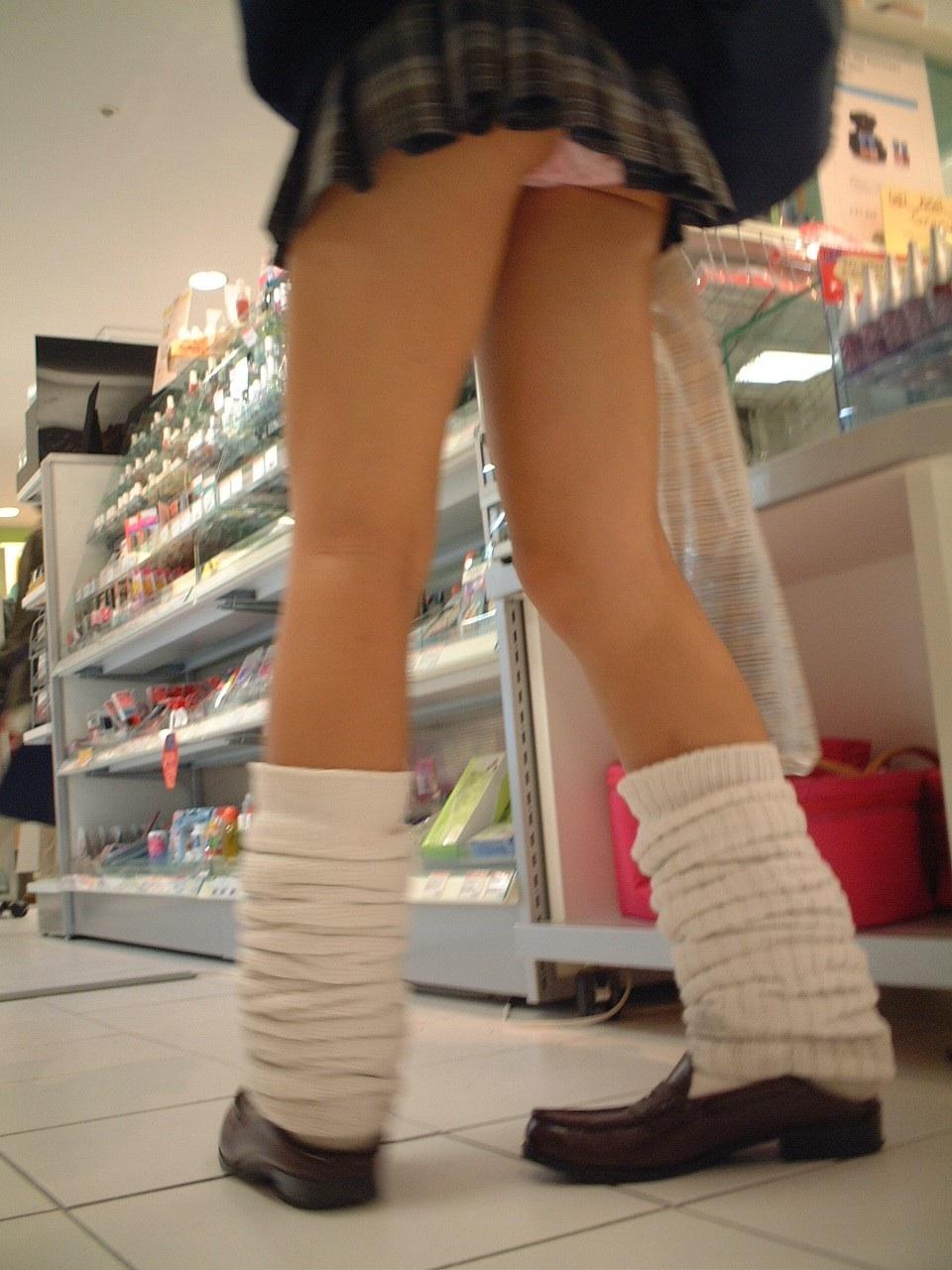 【パンチラ画像】見ろと言ってるような短すぎるスカートが多いからローアングル狙い! 17