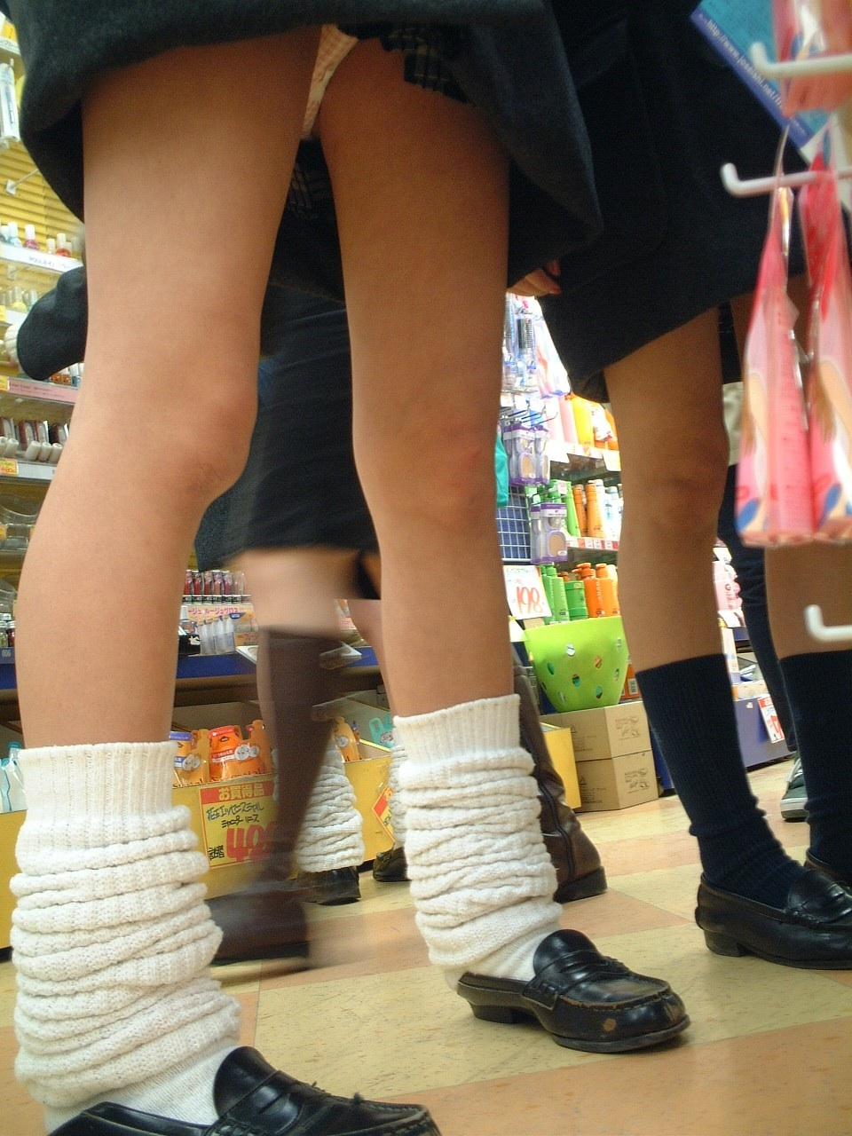 【パンチラ画像】見ろと言ってるような短すぎるスカートが多いからローアングル狙い! 18