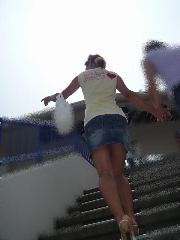 【限界チラリズム画像】何故見えない…瀬戸際のミニスカに惹かれる画像 12
