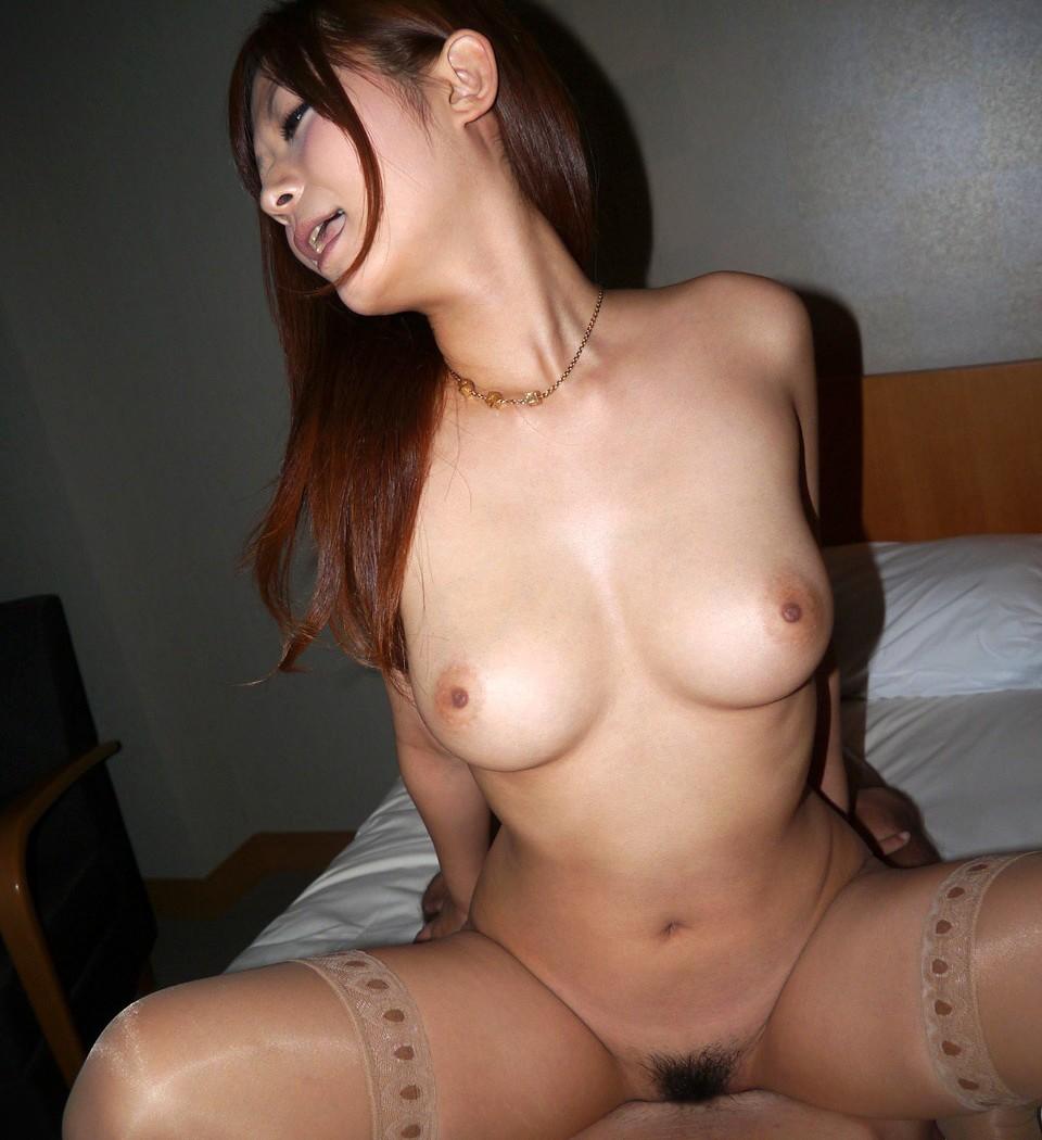 【巨乳SEX画像】騎乗位中の下から眺める巨乳に興奮が治まらないwww 10